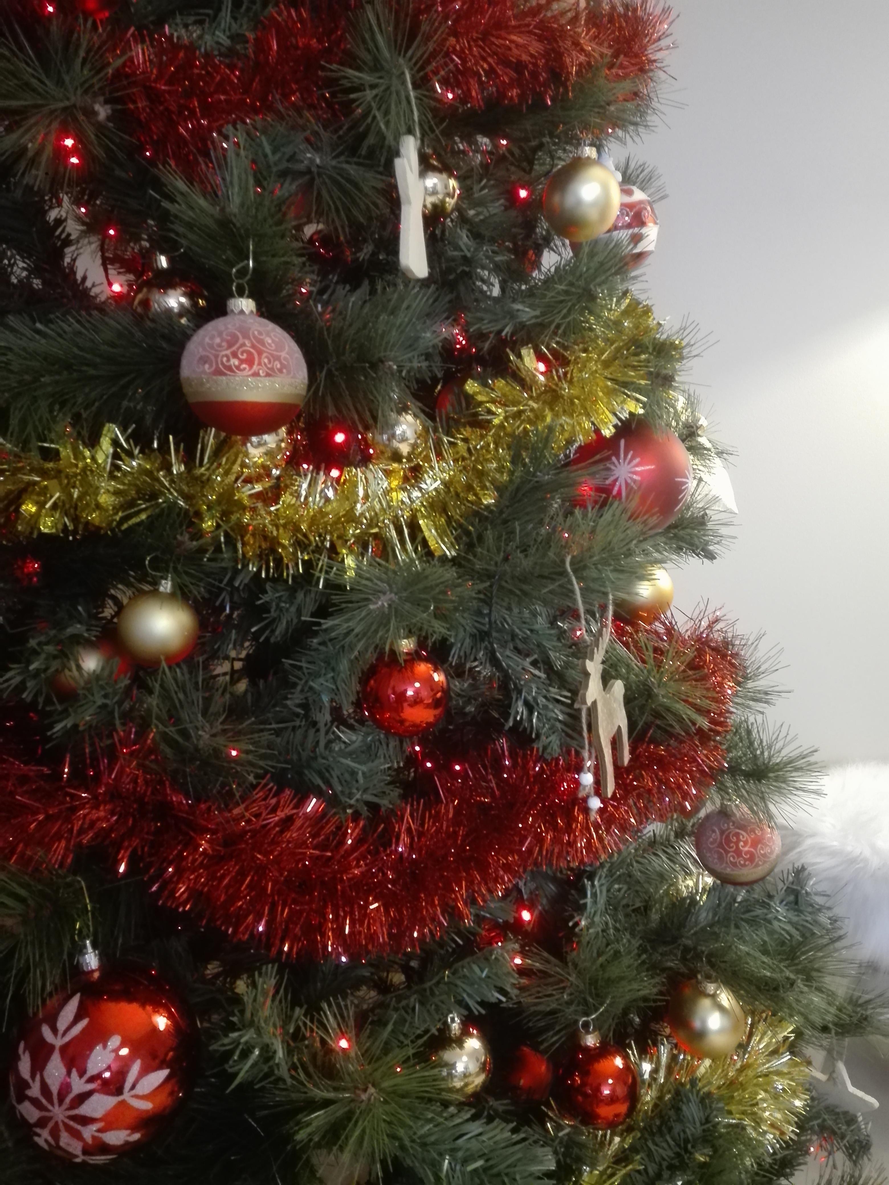 Comment Fixer Un Sapin De Noel dans quel ordre faut-il décorer son sapin de noël ? boules